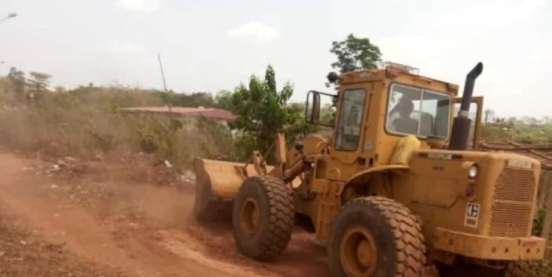 Grâce au Directeur général de Fraternité Matin, des machines s'emploient à ouvrir des voies de N'Gattakro. (Dr)