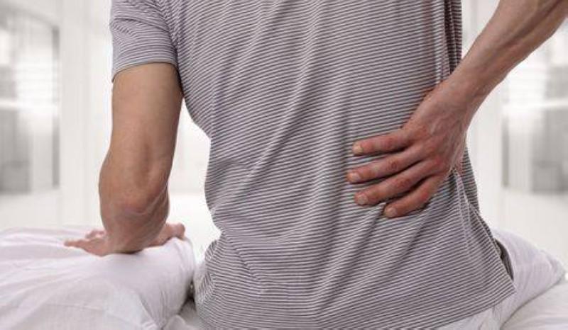 Les douleurs dorsales, qui touchent toutes les franges de la population, peuvent trouver une solution à travers les matelas orthopédiques. (Dr)