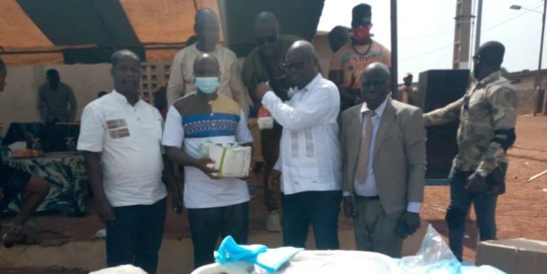 Le maire Joachim Lagui Kouassi (3ème à partir de la gauche) a pris le pari de garantir la santé à ses administrés. (PH DR)