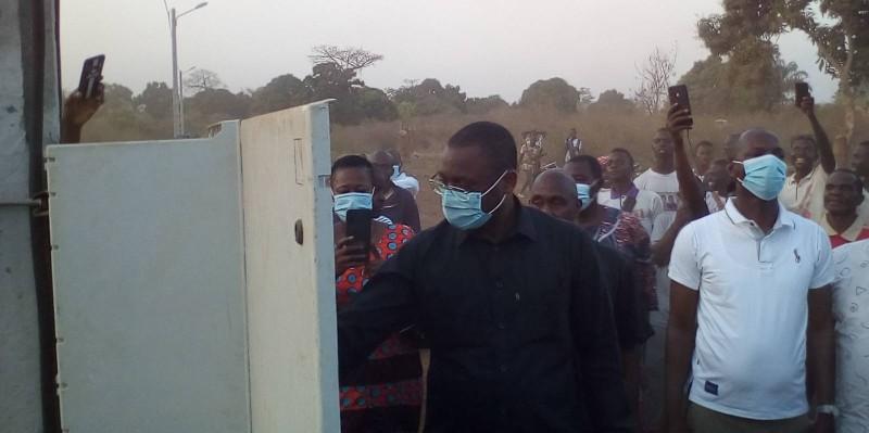 Le ministre procédant à la mise sous tension officielle du quartier Espoir. (DR)