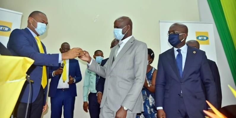 Patrick Attoungbré, directeur Marketing à Mtn-Ci, remettant les clés de la salle multimédia à Adama Diawara, ministre de l'Enseignement supérieur et de la Recherche scientifique. (DR)