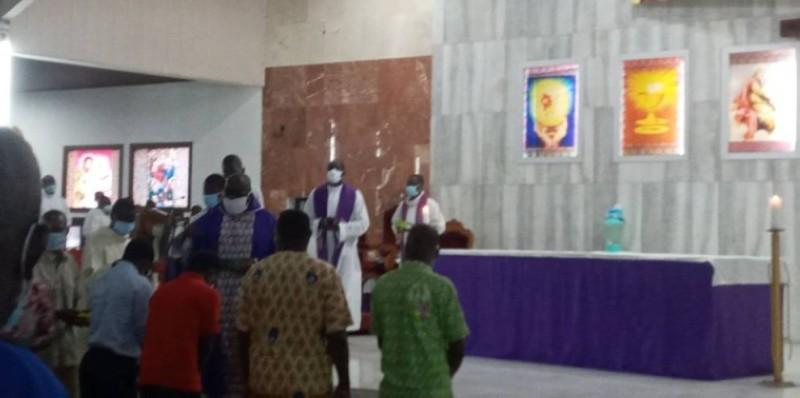 Des fidèles recevant la cendre des mains du curé (Marie-Ange Akpa)