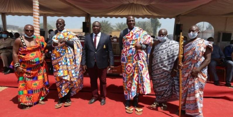 Le ministre kobenan Kouassi Adjoumani (au centre) a exhorté la population du Gontougo à accélérer le processus de délimitation des territoires des villages. (SERCOM)