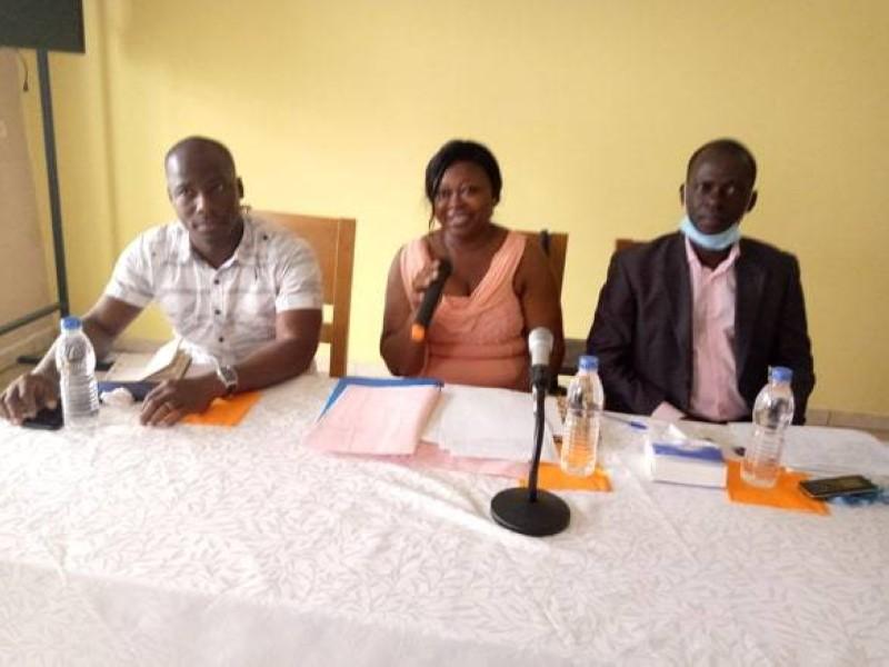 Félicité Adou (au centre) a appelé les anciens du lycée de Ouellé à se mobiliser autour de leur établissement.(DR)