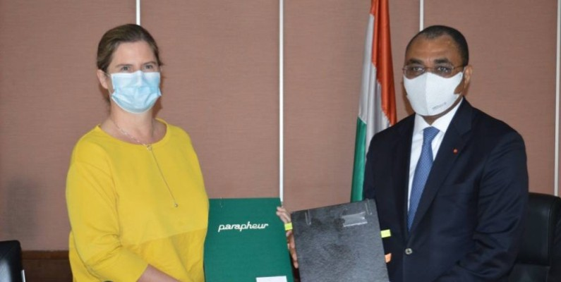 Échange de parapheurs entre Adama Coulibaly et Coralie Gevers en présence de Mariatou Koné.(DR)