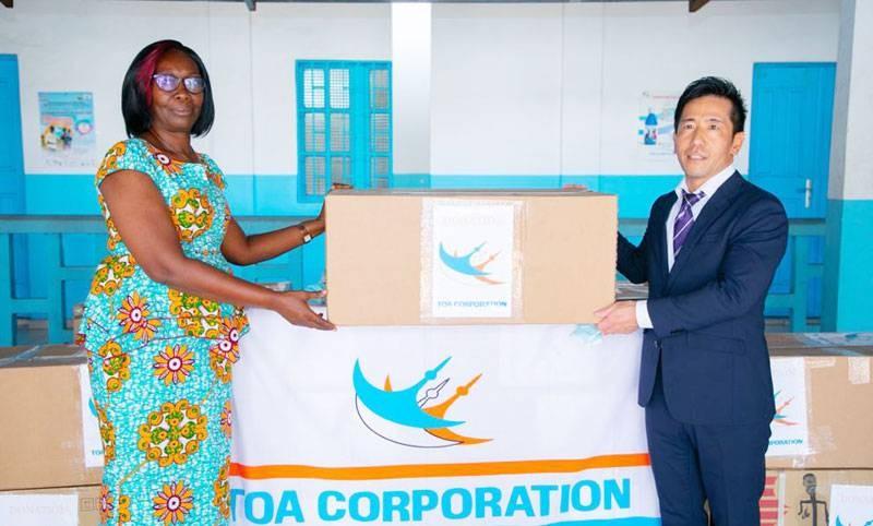 Adjoua Koffi Chantal, directrice départementale du district sanitaire Treichville-Marcory, recevant de façon symbolique le don des mains du chef du projet, Norizuki Kyota. (DR)