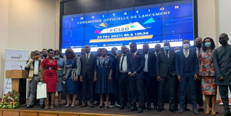 Le ministre de la Promotion de la jeunesse et de l'Emploi des jeunes, Mamadou Touré, (5è à partir de la gauche), a posé avec quelques membres de l'Association des startups. (Ange Kumassi)