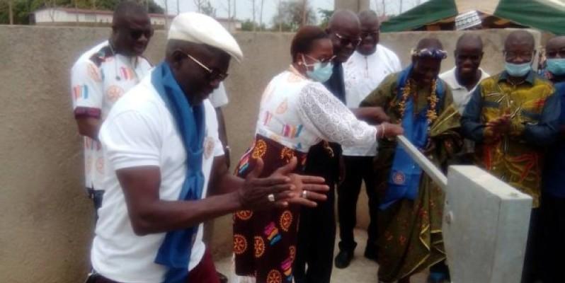 Remise du point d'eau par le Rotary club de Yamoussoukro. (DR)