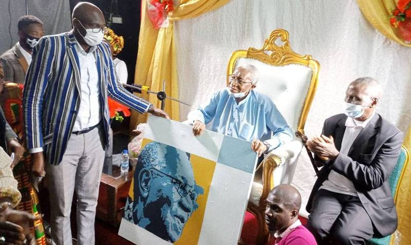 Timité Bassori a reçu un présent des mains du directeur général de l'Insaac. (DR)
