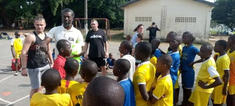 Le président de l'Association Dk Coeur Afrique (tee-shirt blanc) inculquant des rudiments du handball aux orphelins. (Edouard Koudou)