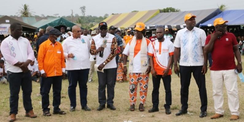 Amedé Kouakou (micro en main) présentant les autres candidats du Rhdp dans le Lôh-Djiboua. (Photo : Poro Dagnogo)