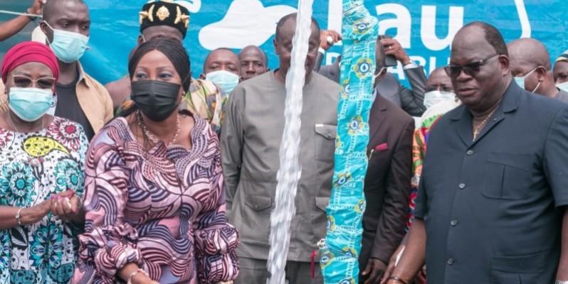 Laurent Tchagba (à droite) a indiqué que l'accès de tous à l'eau potable est un vœu cher au Président de la République, Alassane Ouattara. (Photo : DR)