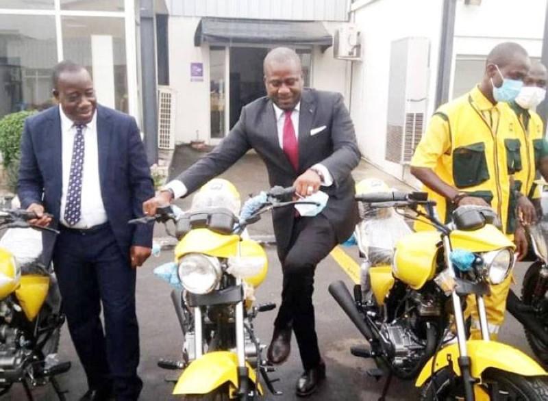 Isaac Gnamba-Yao, directeur général de la Poste de Côte d'Ivoire (au centre) s'est félicité de cette opération de renforcement de la flotte de son entreprise. (DR)