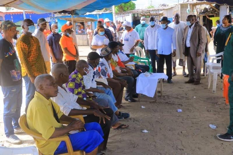 Le candidat Siandou Fofana en campagne de proximité sur le terrain