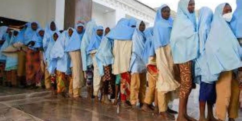 Les lycéennes enlevées à Jangebe lors de leur libération, le 2 mars 2021, au Nigeria. (REUTERS - AFOLABI SOTUNDE)