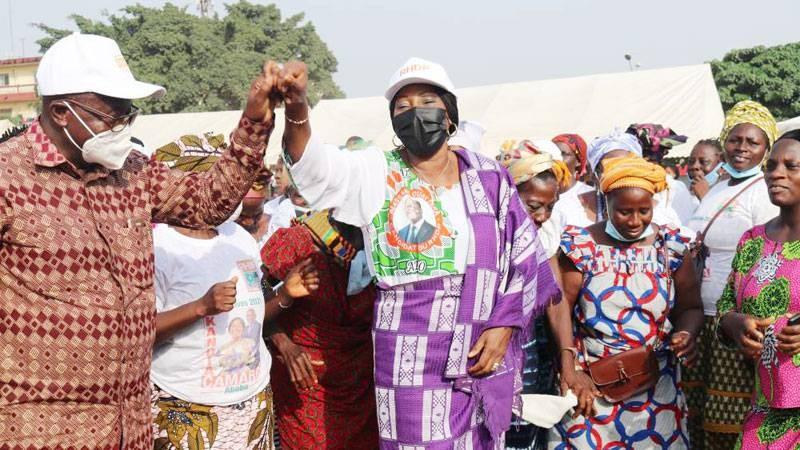 La ministre Kandia Camara, heureuse du soutien de ses ''parents'' akan, n'a pas manqué d'esquisser quelques pas de danse. (Photo : DR)