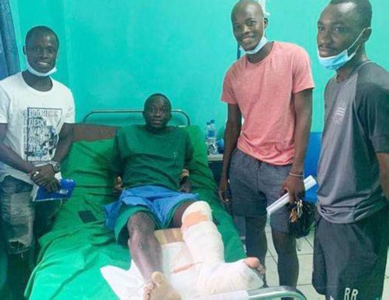 Diakité Ousmane a reçu de la visite de ses coéquipiers après son opération. (DR)