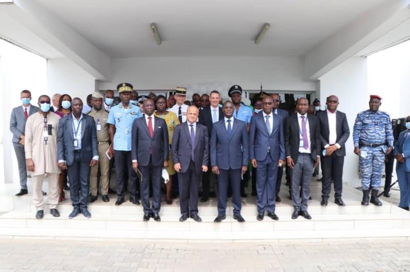 Le ministre de l'Intérieur et de la Sécurité,l'ambassadeur de France et les autorités aéroportuaires saluent la mise en place du bureau de lutte contre la fraude documentaire. (DR)