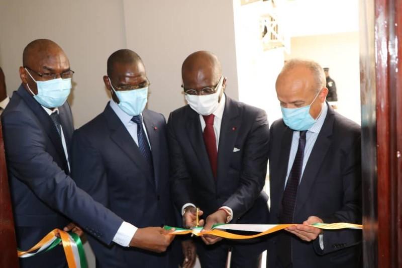 Le procureur de la République d'Abidjan Plateau a participé à la coupure du ruban symbolique aux côté de l'ambassadeur de France et du ministre de l'Intérieur et de la Sécurité. (DR)