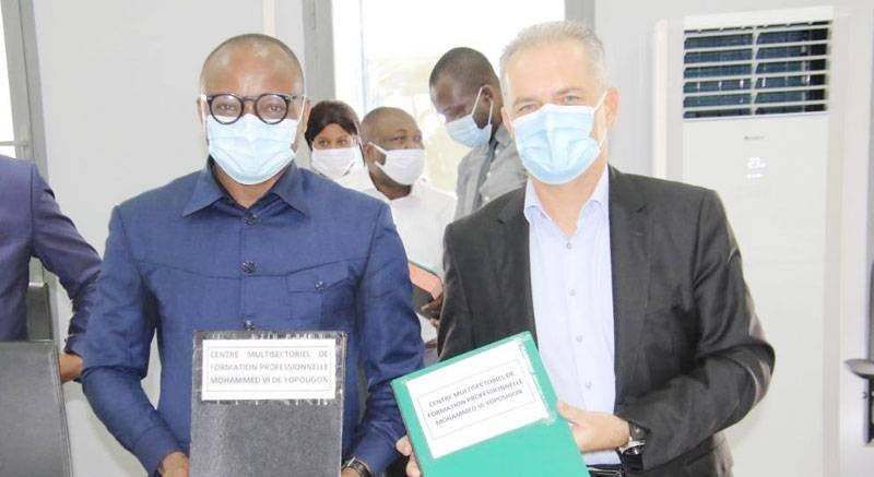 Le directeur du Centre multisectoriel de formation professionnelle Mohammed VI, Souleymane Traoré et son partenaire lors de la cérémonie de signature du partenariat à Yopougon. (DR)