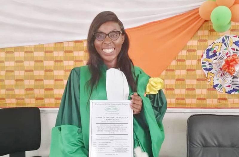 Le Dr Soumahoro Loulou Nan Gomathy, après sa soutenance, tenant entre ses mains le résultat de ses travaux avec fierté. (DR)