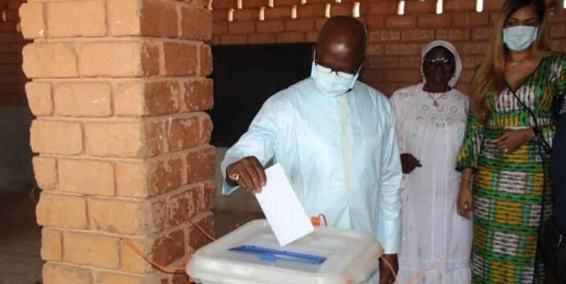 Le ministre Moussa Dosso a accompli son devoir civique. (DR)