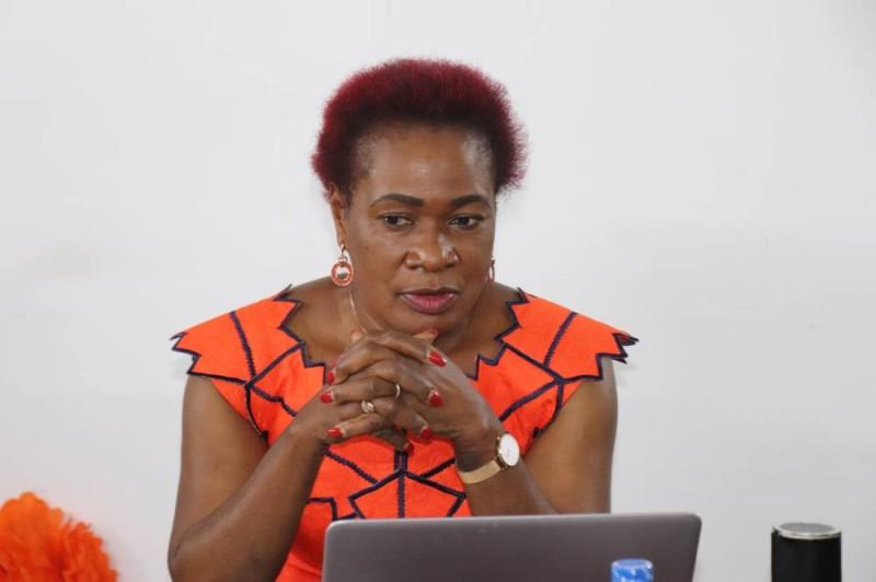 La présidente du Réseau des femmes journalistes et des professionnelles de la communication de Côte d'Ivoire (REFJPCI), Agnès Kraidy, s'adressant aux hommes et femmes des médias. (CNDH)