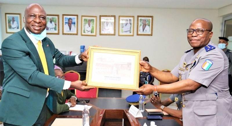 Le président Bamba Cheick, remettant une photo souvenir à son visiteur, à droite. (DR)