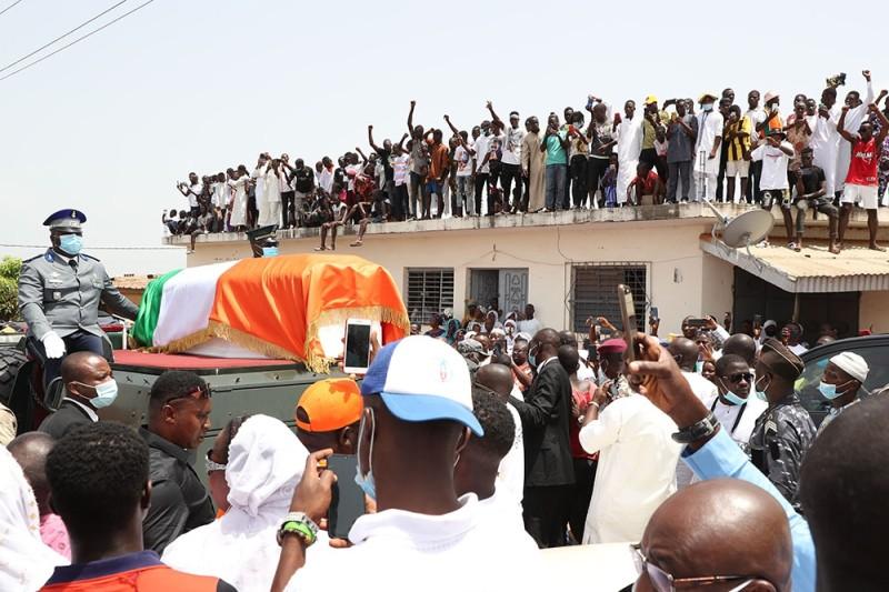 Mais avant, les imams ont, en présence du Chef de l'État Alassane Ouattara, prié pour le repos de l'âme du Premier ministre Hamed Bakayoko qui repose à jamais sur sa terre de Séguéla. (Photo : Poro Dagnogo)