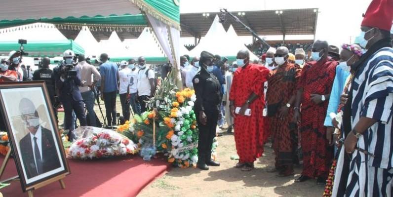 Une des délégations en train de rendre hommage au Premier ministre vendredi à Séguéla. (Photo : Dagnogo Poro)