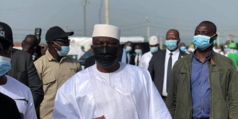 Kobenan Koussi Adjoumani (en blanc), le porte-parole du Rhdp, a également annoncé les dons du parti à la famille éplorée. (Dr)