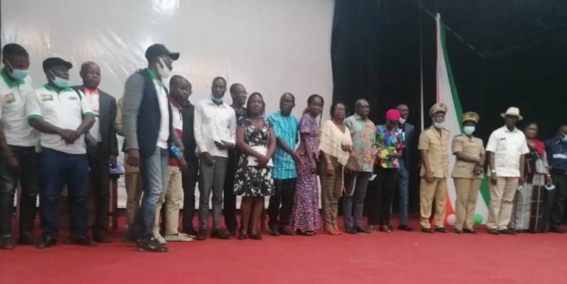Les représentants des différents établissements primés en compagnie des officiels lors de la remise des lots. (DR)