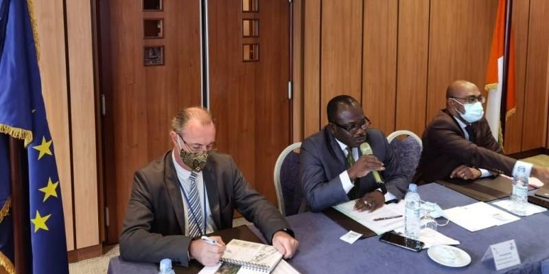 Bamba Semon, coordonnateur de la Ccc CI-UE (au centre), procédant à l'ouverture de l'atelier. (Dr)