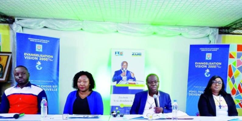 Clément Akobé (3e à partir de la gauche) veut contribuer à un mieux-être des Ivoiriens et au vivre-ensemble (Mad)
