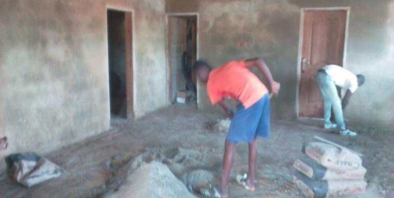 Des ouvriers à l'oeuvre pour achever les travaux de construction du siège des chauffeurs grâce à l'appui financier de Venance Konan. (Dr)