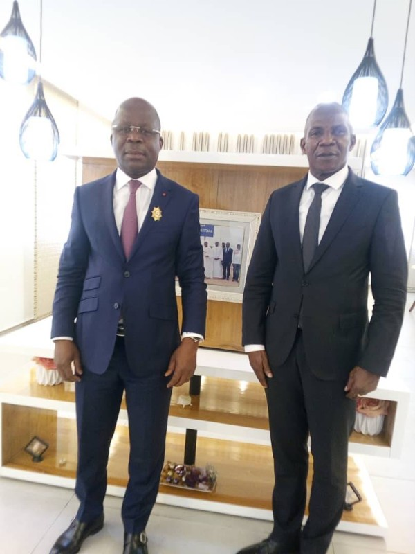 Le délégué régional Rhdp, Pierre Demba (avec l'insigne sur le costume), avec le nouveau député de Sikensi, N'Gatta Brie Joseph, après la rencontre. (Dr)