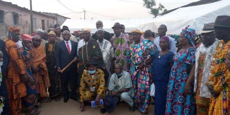Le ministre de la Réconciliation nationale, entouré des chefs communautaires, après une rencontre à Abobo. (Dr)