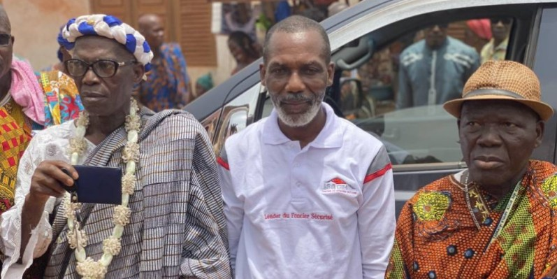 Au centre, le donateur, entouré des autorités villageoise. (DR)