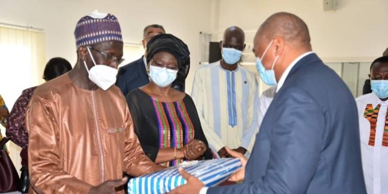 L'ambassadeur Carlos Mbaye a reçu de nombreux présents de la part de ses collaborateurs, et des membres du corps diplomatique. (DR)