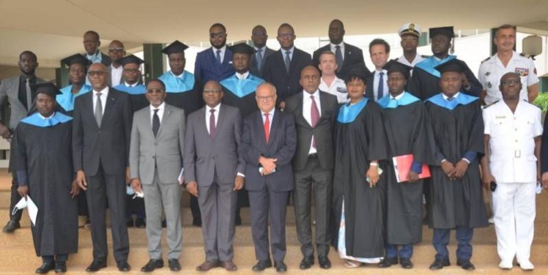 Photo de famille des participants à la cérémonie de remise des diplômes. (DR)