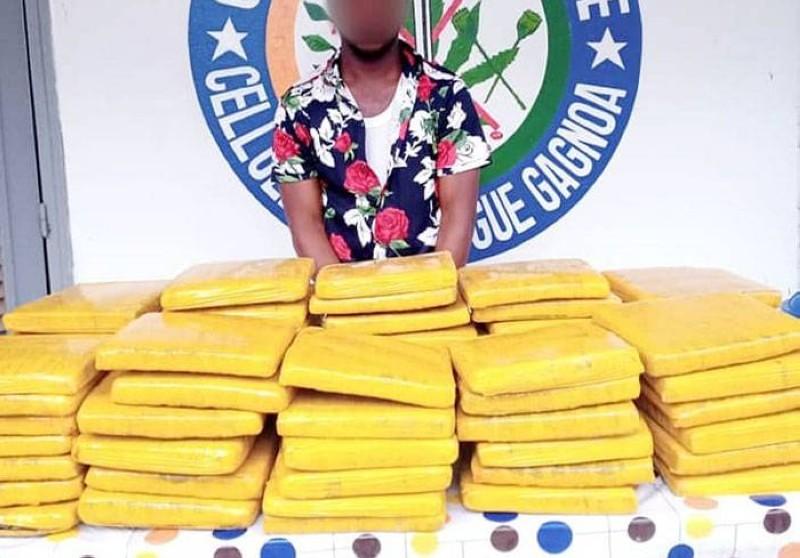 Le présumé coupable interpellé avec les blocs de cannabis. (DR)
