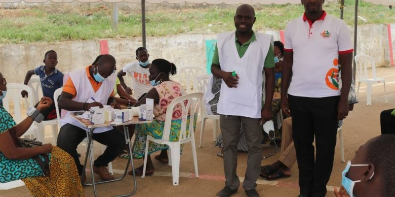 Des populations ont répondu au lancement de la campagne avec le directeur exécutif de l'Ong (Bavane)