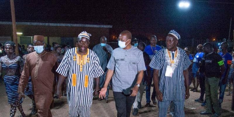 Le ministre Bruno Koné (au centre), patron de la cérémonie, a fait son entrée sur la place publique accompagné par Fofana Ziefigué (à sa gauche), commissaire général du festival.(DR)