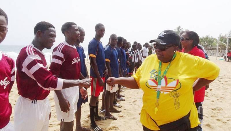 La promotrice du maracana beach saluant les équipes en compétition lors du lancement. (Photo : DR)