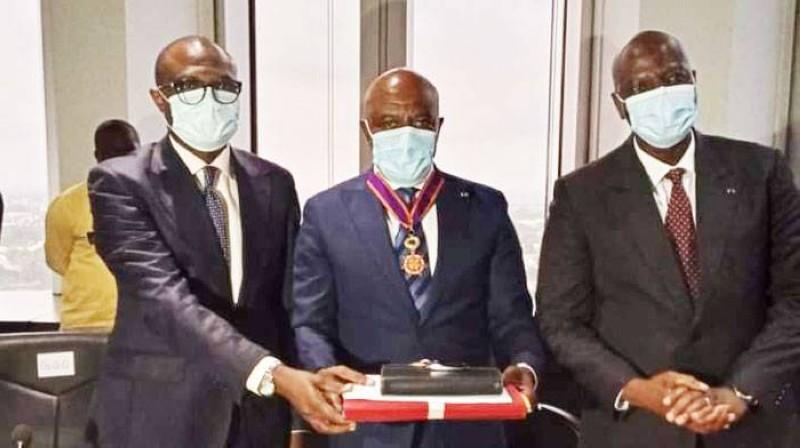 Mamadou Sanogo (à droite) a passé le témoin à Roger Félix Adom (au milieu), nouveau ministre de l'Économie numérique, des Télécommunications et de l'Innovation. (Photo : MENUTI)