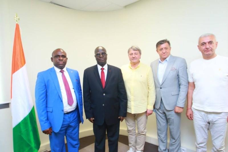 Diarra Mamadou (extrême gauche) et sa délégation ont eu des échanges fructueux avec le ministre Essis  Esmel Emmanuel (en lunette).