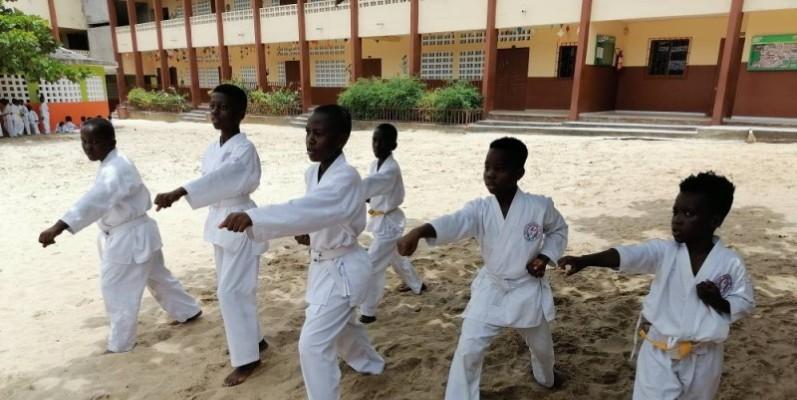 Les jeunes karatékas de la Wado academy, en pleine démonstration. (DR)