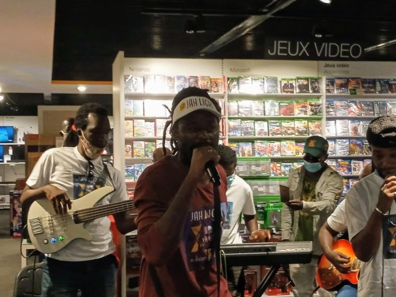 Jah Light a offert une prestation live de certains titres de son album, lors de la cérémonie de dédicace. (DR)
