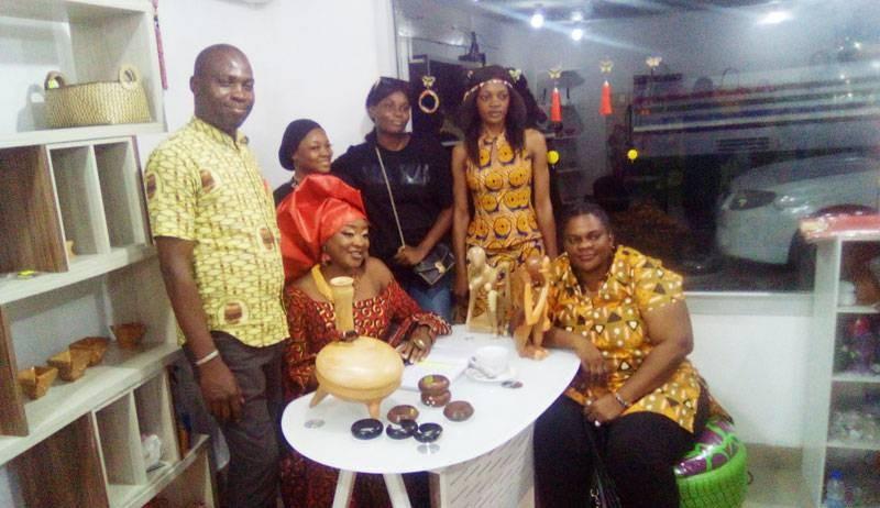 Massal Touré (en foulard orange) entourée de quelques artistes. (DR)