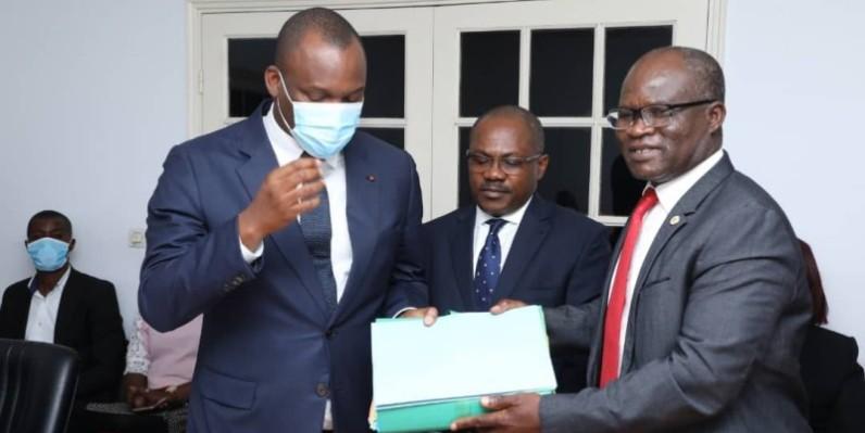 Le ministre Mamadou Touré a reçu les dossiers afférents au service civique des mains de Siaka Ouattara. (DR)